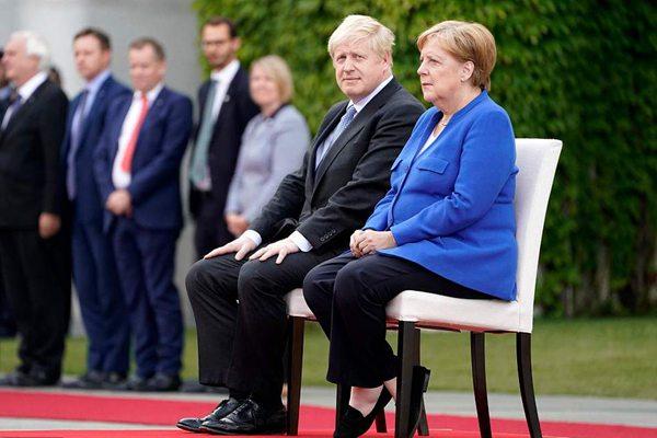 约翰逊就脱欧问题访问德国 与默克尔一同检阅仪仗队
