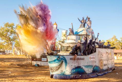 澳洲干旱小镇举行沙漠划船比赛:只有想不到 没有做不到