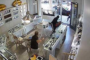 美加州一珠宝店遭抢劫 店主赤手空拳击退劫匪