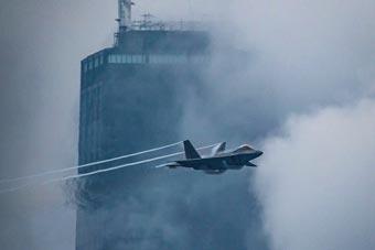 为庆祝航空日 美军F-22在芝加哥超低空飞行表演