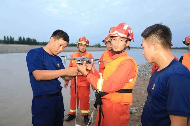 3人被困黄河中央 无人机牵线巧妙救援