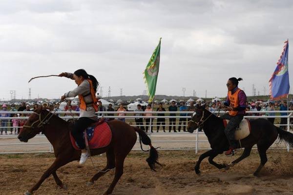 内蒙古阿左旗举办那达慕 牧民骑自家马匹参赛