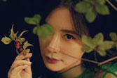 熊乃瑾完美诠释花系女子 探索内心的秘密花园