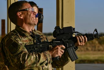 美军研发步枪智能瞄准装置 打无人机测试精准度