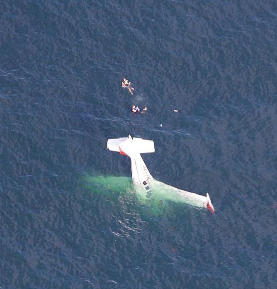難以置信!飛機墜海后飛行員與乘客嬉笑等待救援