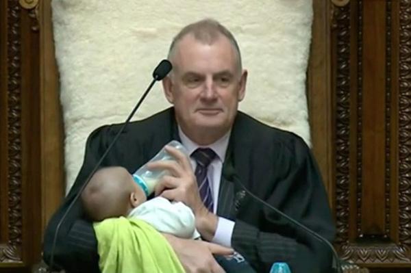 暖心!新西兰议会议长边主持会议边给婴儿喂奶