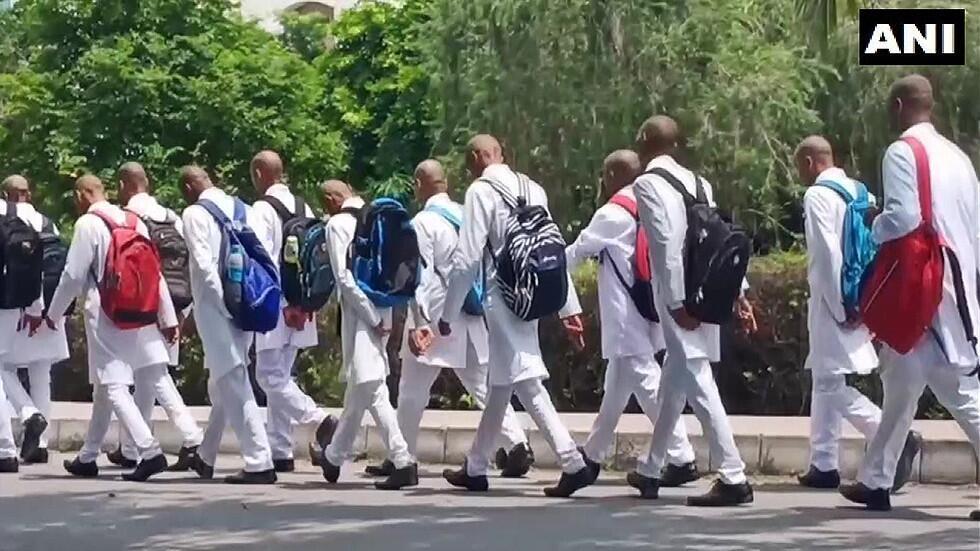 """愤怒!印度150名大一新生遭校园霸凌被迫剃光头,向高年级学生""""致敬"""""""