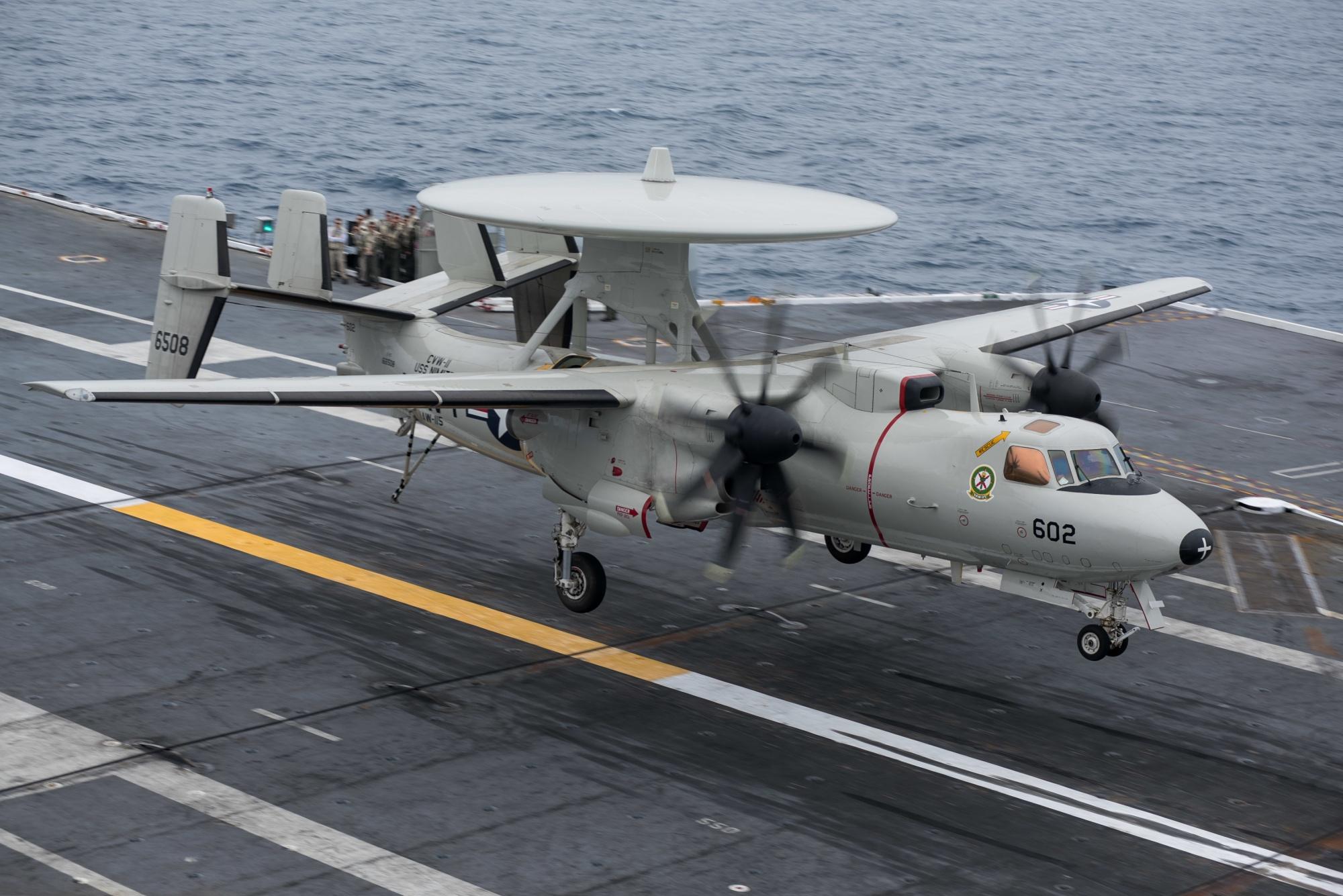 美军航母在中东出事:预警机着舰撞坏4架战斗机