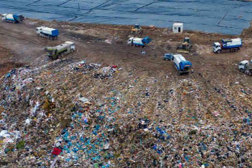 航拍国内最大的垃圾填埋场 占地1000余亩运行25年即将饱和