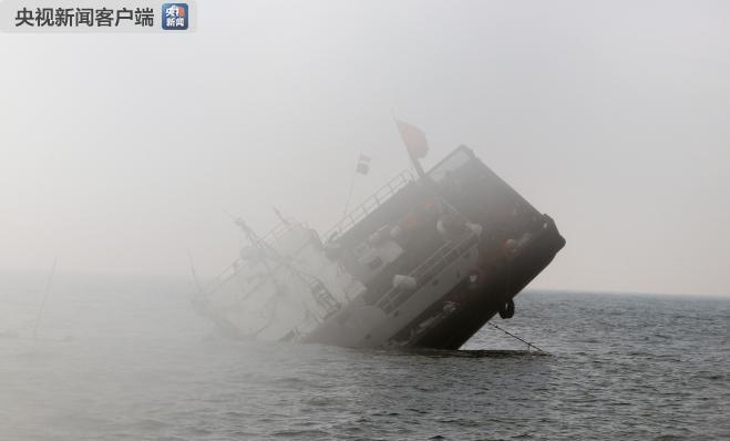 浙江舟山:一渔船撞山沉没 船上13人获救
