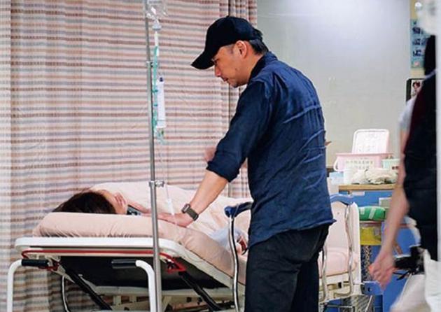 五月天石头现身医院陪伴爱妻 默默陪伴两小时