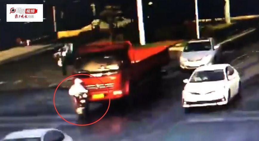 20岁女孩被卷大货车车肚,接下来一幕...惊呆路人