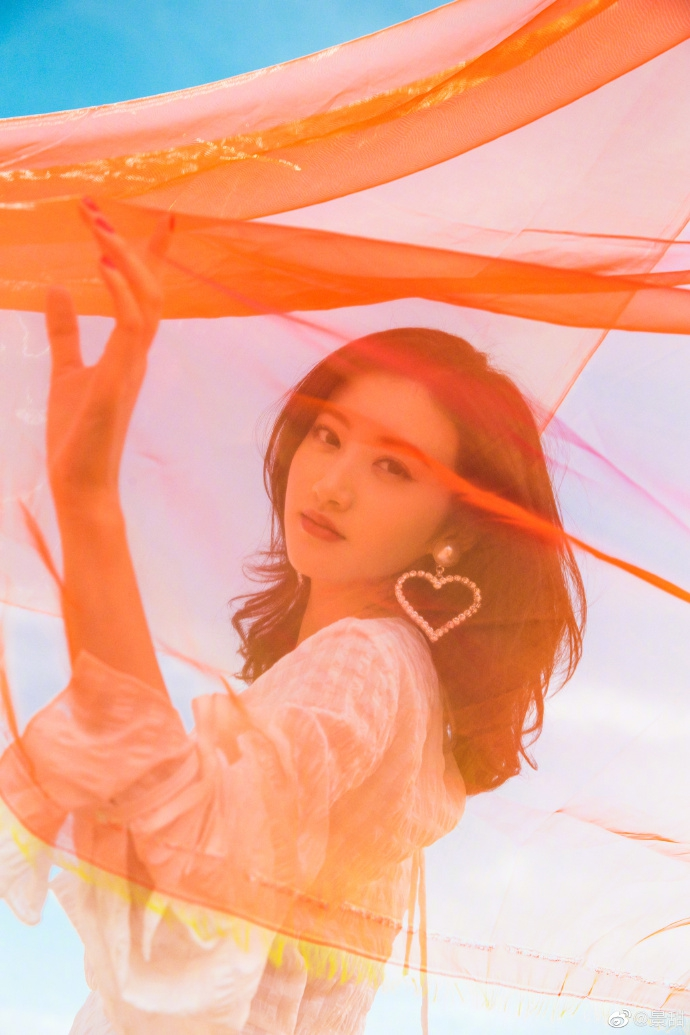 景甜敦煌沙漠舞动红纱 白裙点缀心形耳环风情万种