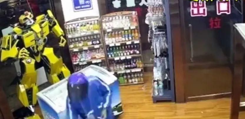 男子被反锁无人超市,弄了八次门开了!结果…哈哈哈