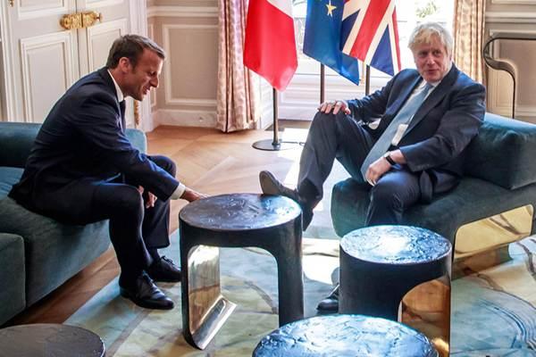 """英国首相约翰逊与马克龙会晤  """"抬腿踩桌子""""令人震惊"""