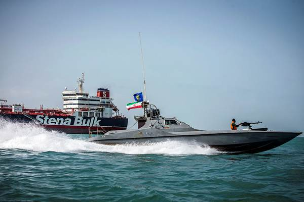 伊朗伊斯兰革命卫队船只在被扣英国油轮附近巡逻