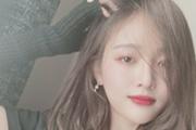 吴宣仪露招牌甜笑 妆容精致时尚感满分