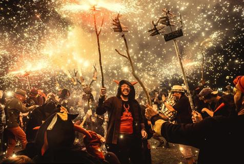 """西班牙庆祝传统节日""""恶魔""""闹街上演火树银花不夜天"""