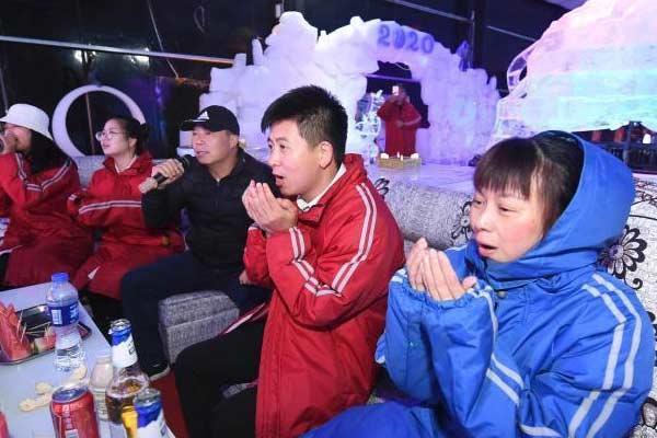 湖南持续高温 游客进冰屋唱KTV