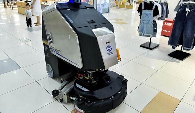 商用智能清洁机器人亮相超市 吸引顾客驻足