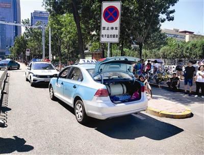 医院前出租车违停 交管部门启用无人机治理