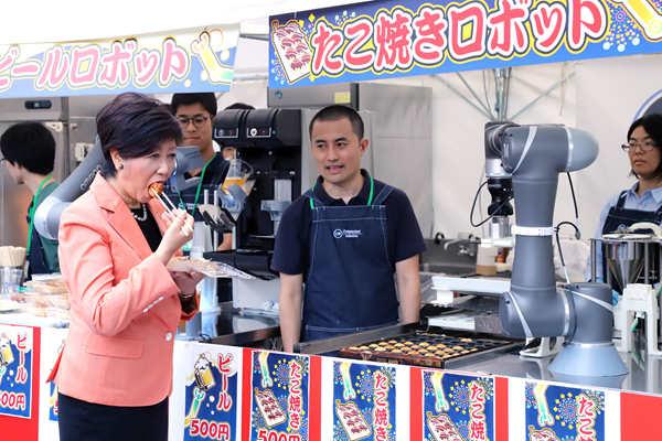 """机器人服务员""""上岗""""  东京都知事品尝机器人版章鱼小丸子"""