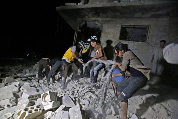 叙利亚伊德利卜省遭空袭 民防队员展开救援