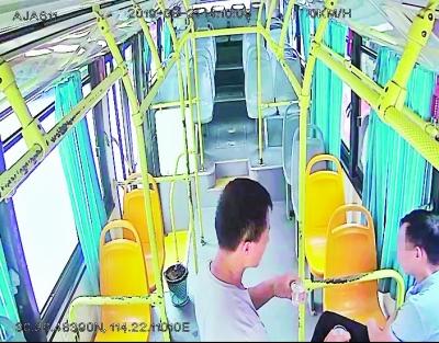 暖心公交哥安慰醉酒男乘客
