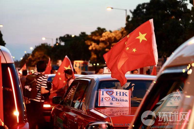 我爱香港我爱中国!香港500辆的士挂上国旗