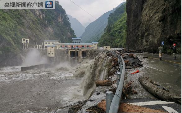 四川汶川龙潭电站大坝漫坝处水位下降 抢险工作有序进行