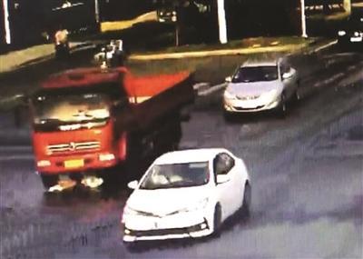 """江苏高邮:女孩被货车卷进""""车肚"""" 后从容爬出"""