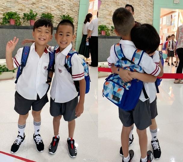 子龙刚走进校门就揽住同学走进教室