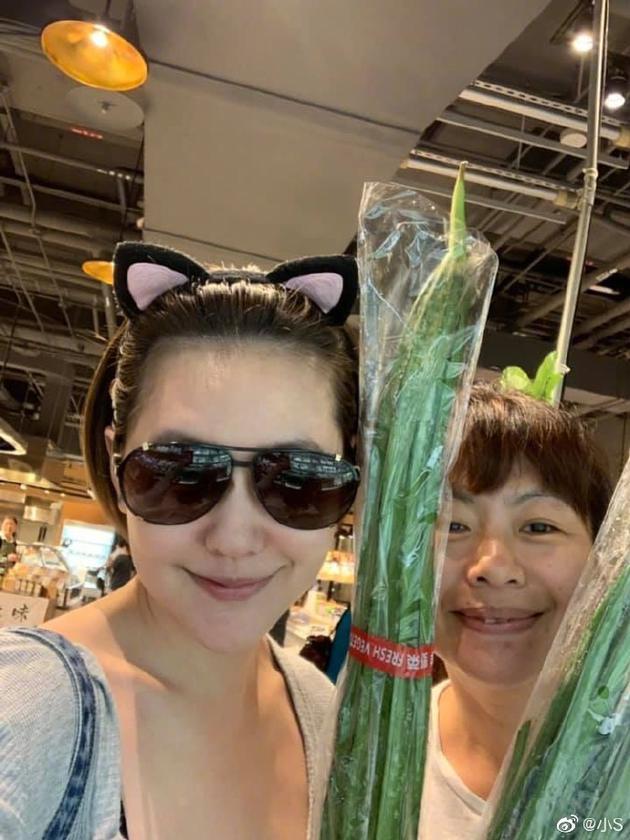 小S进超市为孩子买菜 错把丝瓜当大葱