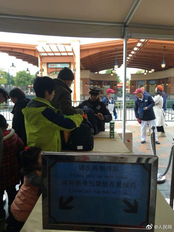浦东新区消保委:不接受调解 上海迪士尼坚持翻包 建议消费者通过司法途径维权
