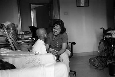 只因病房里多看了一眼 陌生奶奶出钱出力帮助脑癌女童