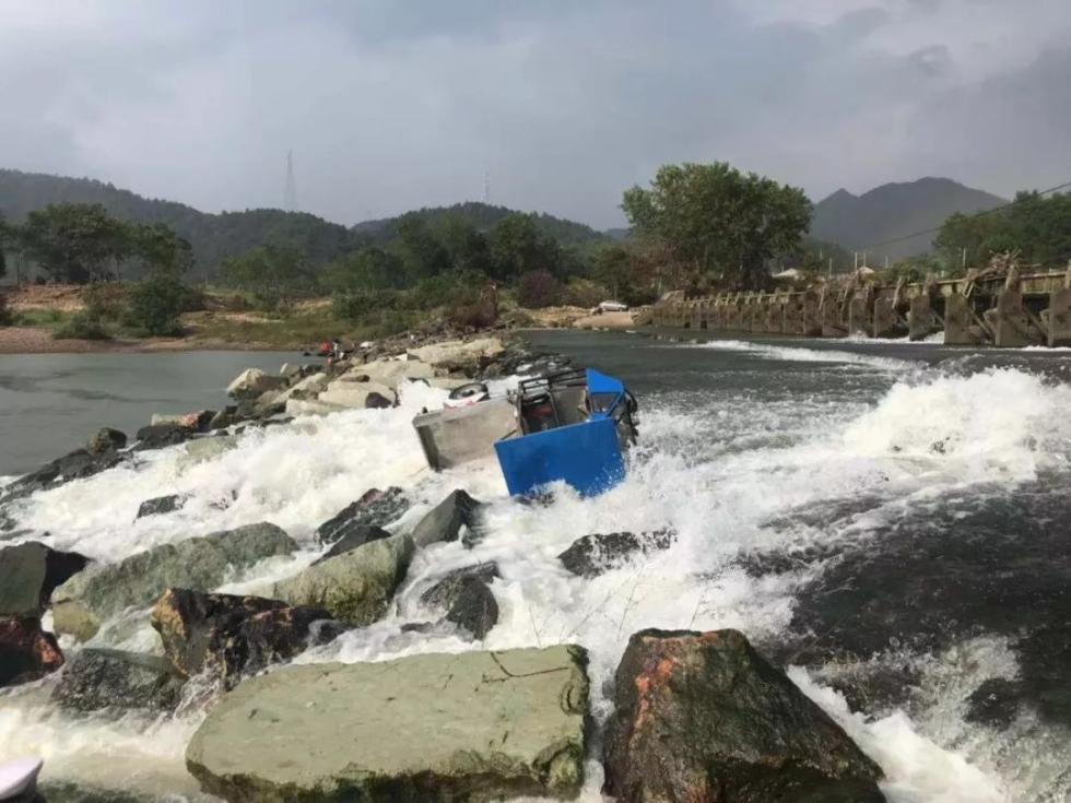 揪心!台州一对夫妻硬闯大坝,被急流冲下去……
