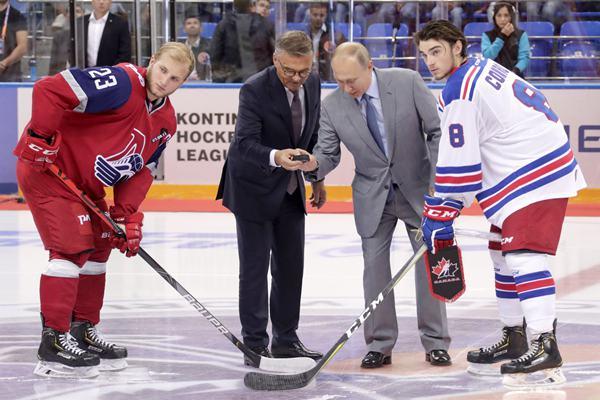 普京梅德韦杰夫出席冰球比赛开幕式