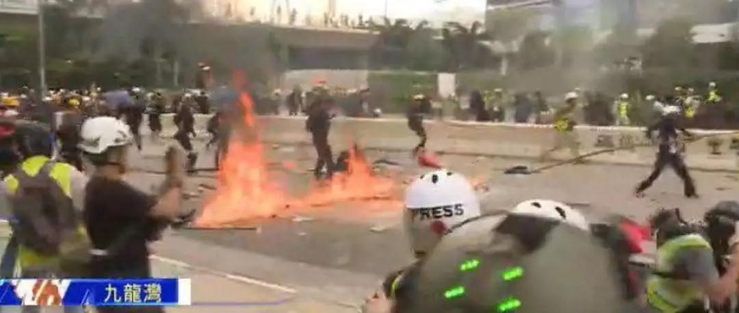 扔汽油弹、毁坏灯柱、袭警……港警凌晨宣布,29名暴徒昨日被拘