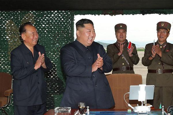朝鲜昨日试射超大型火箭炮 金正恩到场指导