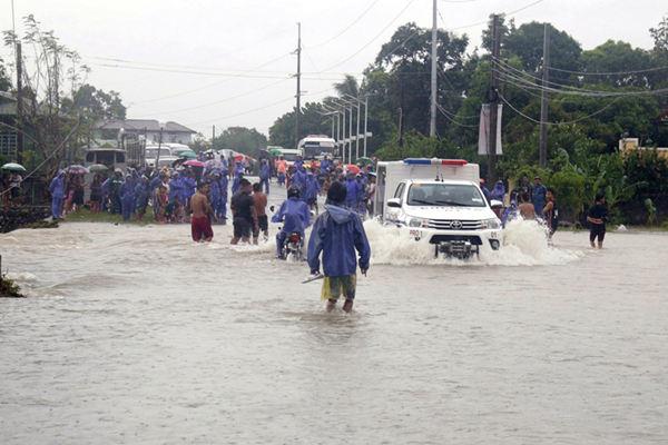 """台风""""白鹿""""袭击菲律宾 道路淹没已造成两人死亡"""
