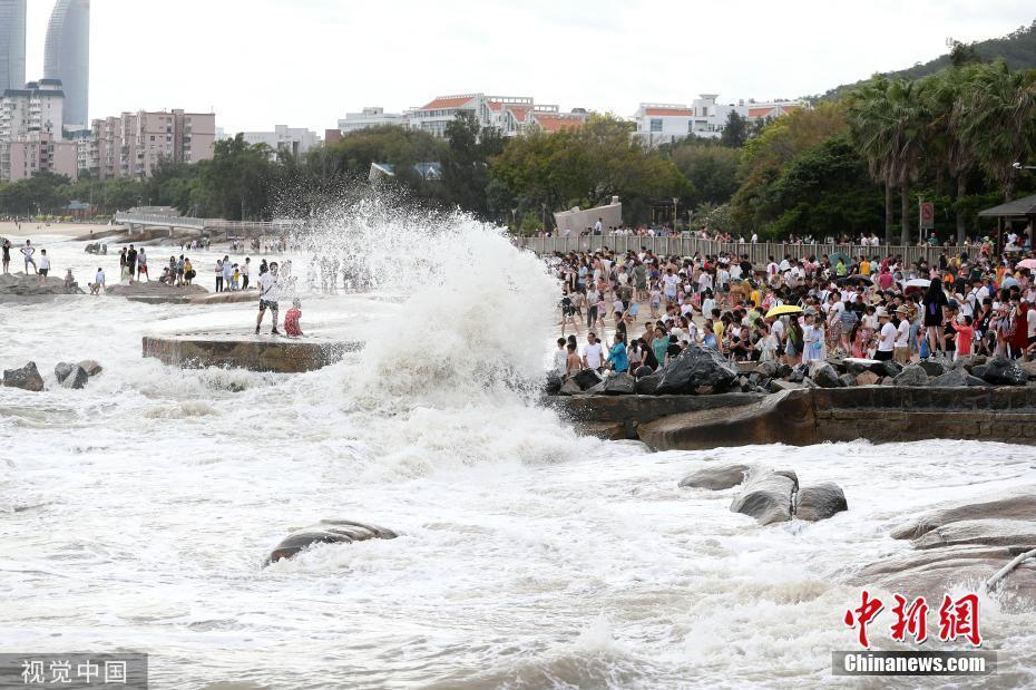 厦门沿海掀起大浪 台风天就不要看海了