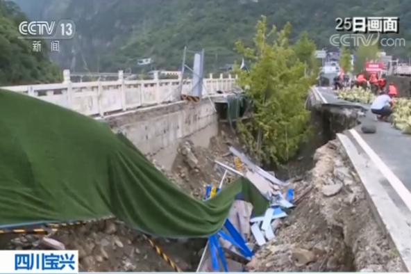 四川雅安宝兴县一防洪堤被冲毁 当地紧急抢险加固