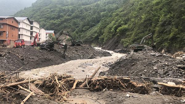 武警某部交通第二支队赴汶川抢险,已清理道路两公里