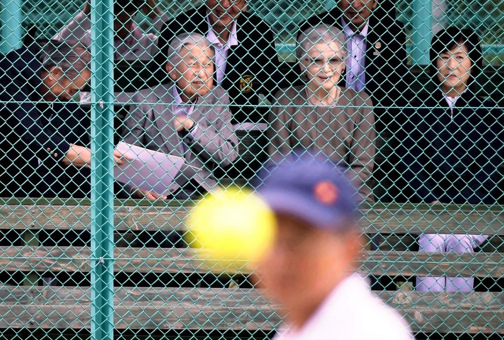"""撒狗粮!日本明仁上皇夫妇重访62年前""""结缘""""网球场"""
