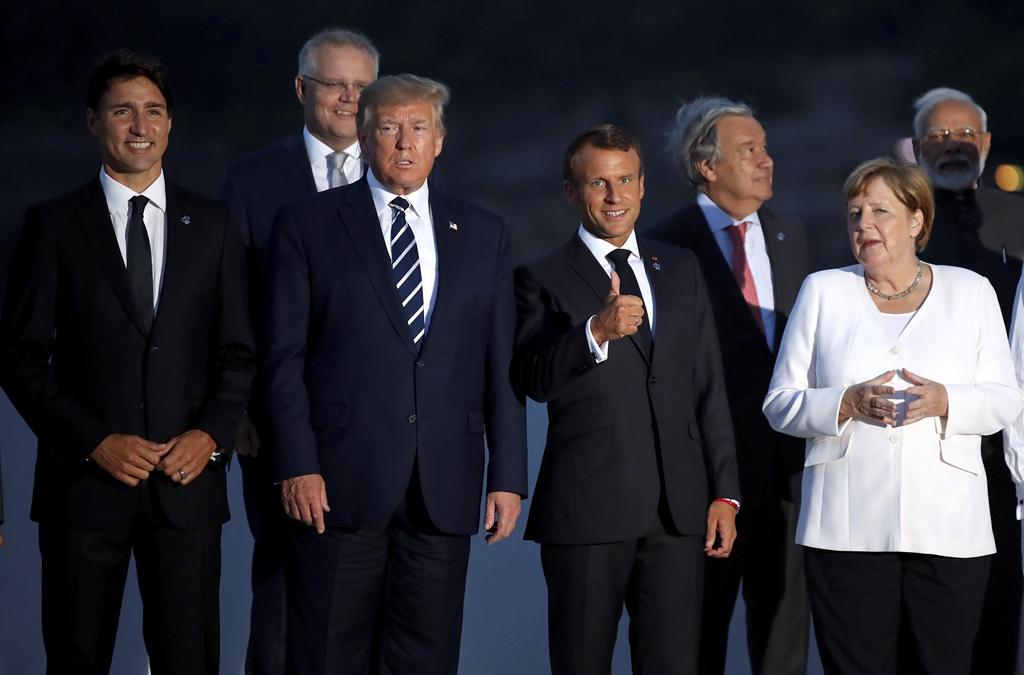 法国G7峰会各国领导人携配偶拍摄全家福合影