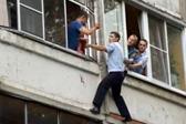 俄罗斯父亲威胁扔孩子 警察徒手爬楼解救女婴