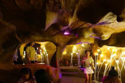重庆民众洞穴内休闲享清凉