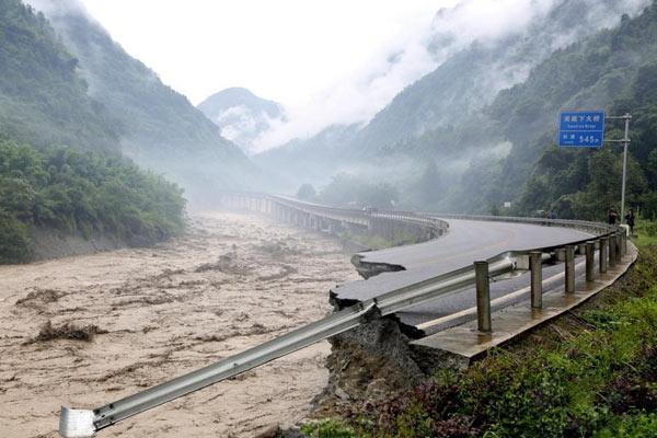 四川雅安暴雨冲毁道路 逾13万人受灾