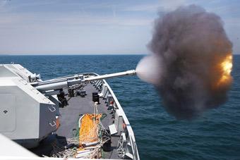 """驻港部队056舰""""火力全开"""" 各种武器实弹射击"""
