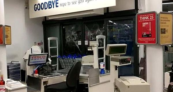 恐怖!英醉酒男子用自行车撞碎商店玻璃被捕
